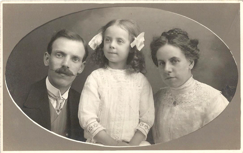 Fred Biltcliffe with his daughter Connie and his wife Marion about 1913
