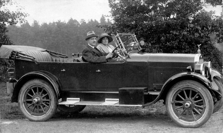 Daisy and Alec Power in a smart motor in about 1920